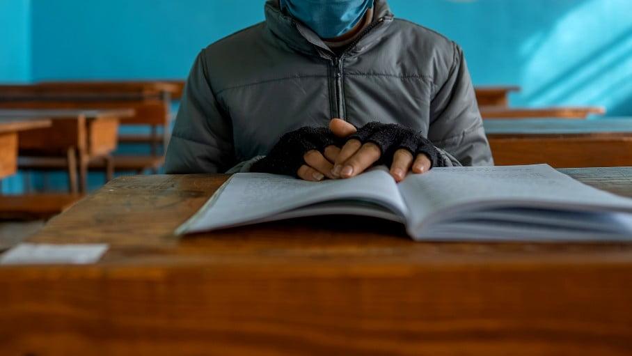 Amir tvingades gömma sig under skolbänken när bombplanet attackerade skolan i nordvästra Syrien