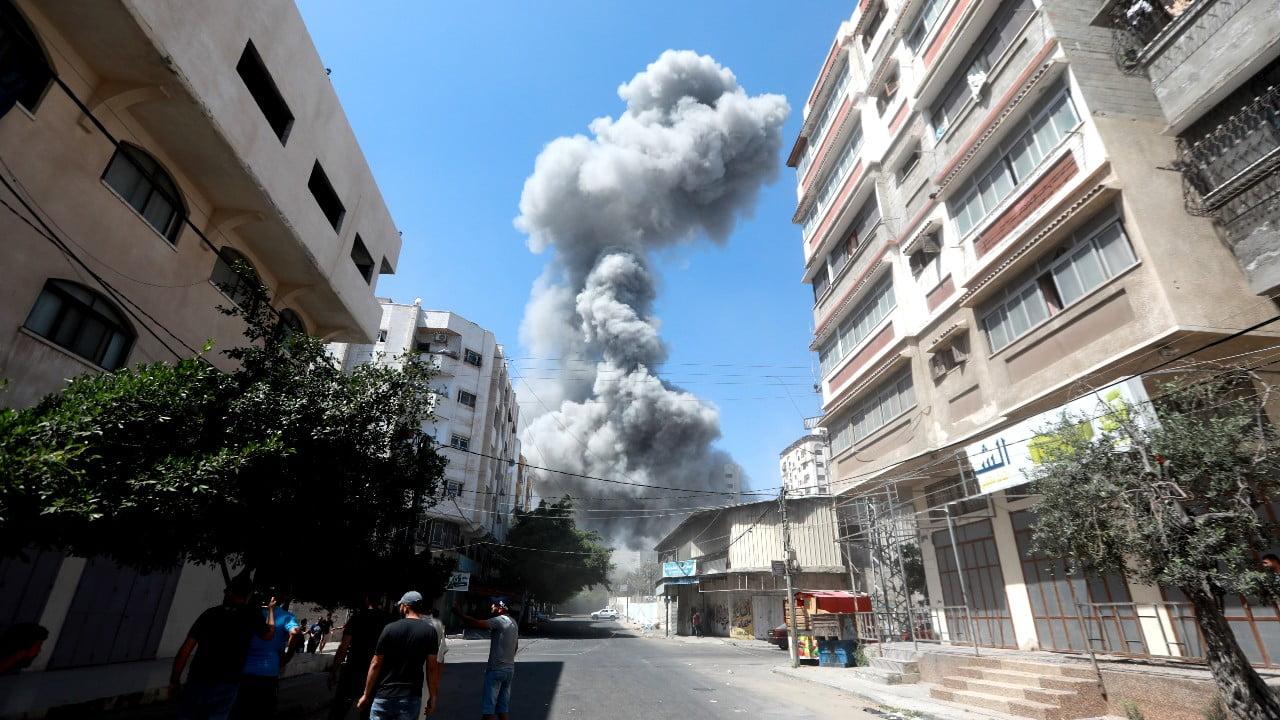 Rök från en bombattack i Gaza.