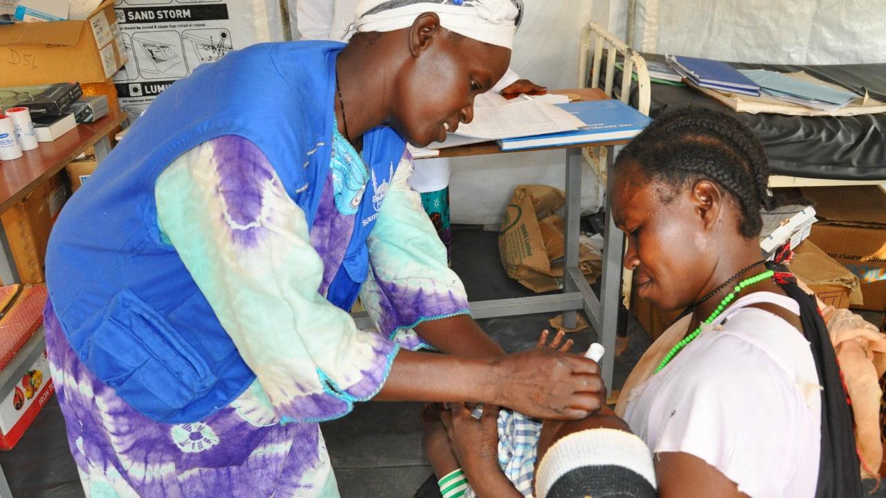 En bebis undersöks av sjukvårdspersonal i Sydsudan