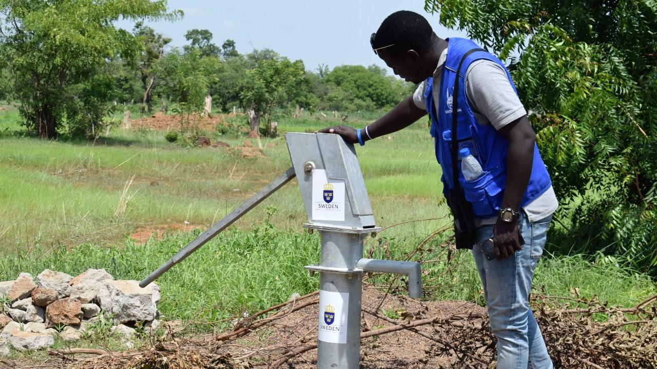 En man vid en vattenpump i Sydsudan