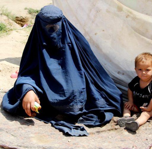 Afghanistan, Kabul En mamma och ett barn i ett provisoriskt lflyktingläger