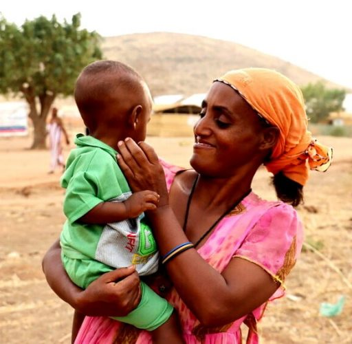 Akbert har flytt från Tigray i Etiopien till Sudan. Här bor hon i flyktinläger med sina sju barn, varav ett syns på bilden.