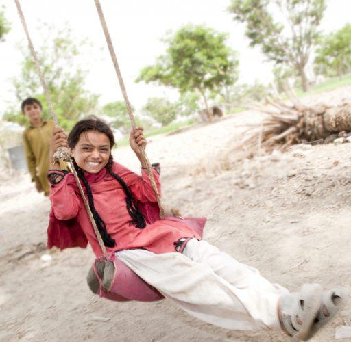 En flicka på en gunga i Pakistan, ett av flera länder där Islamic Relief når ut i svårtillgängliga områden