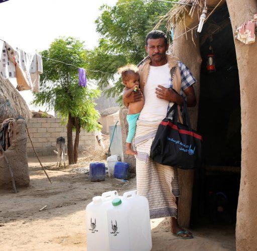 Ett barn och hennes pappa i Jemen