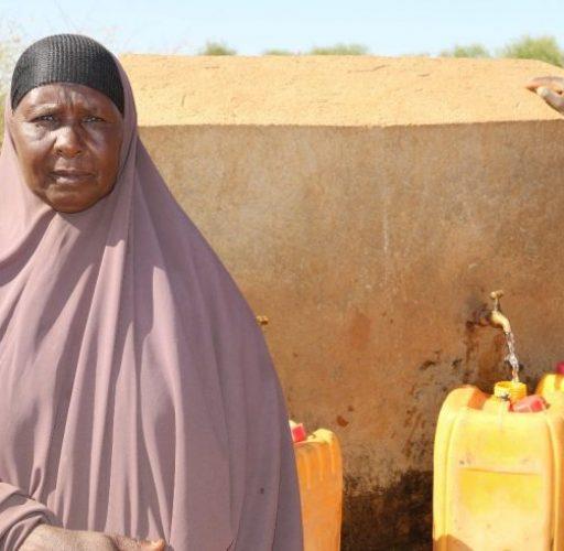 Nuriya i Moyale, Etiopien, slipper gå långa sträckor för att hämta vatten efter att Islamic Relief hjälpt till att bygga soldrivna brunnar